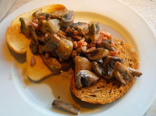 Toast champignon met room en spekjes