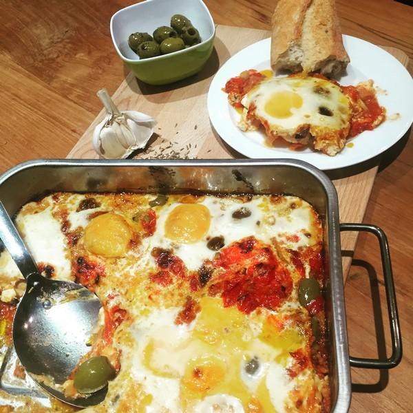 gebakken feta met olijven, tomaten en eieren