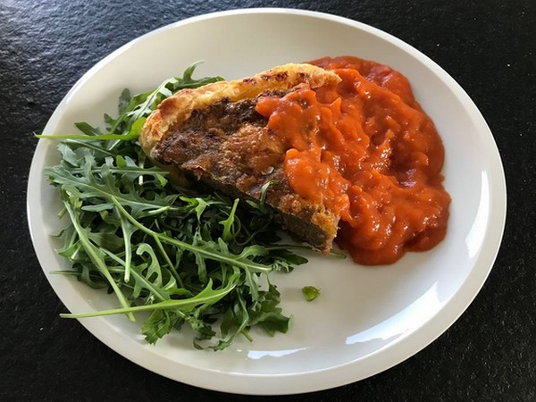 gehakttaart met pikante tomatensaus en rucola