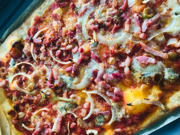 pizza met spekjes, blauwe kaas en uien
