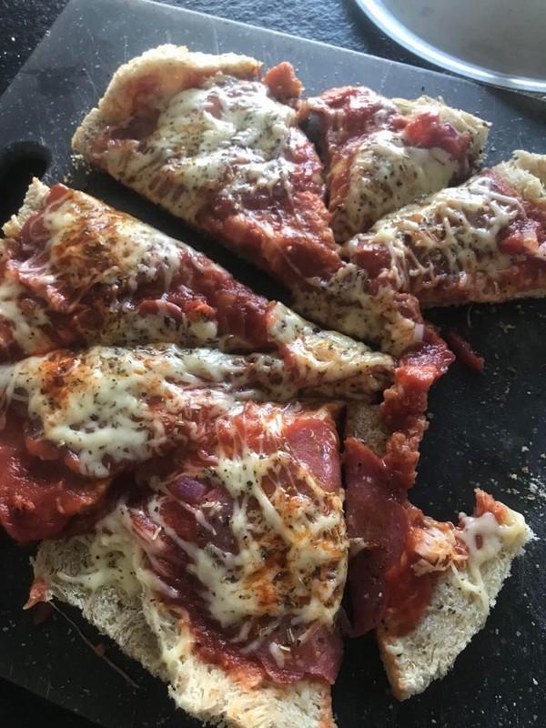 Pizza met oud brood en salami